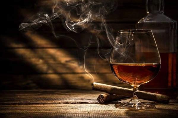 Sigaro con calice di cognac